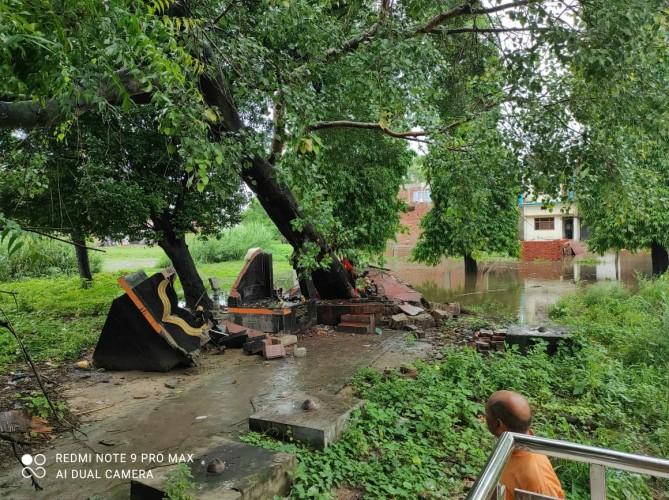 बारिश के चलते पीपल का पेड़ ढ़हा, शनिदेव मन्दिर क्षतिग्रस्त