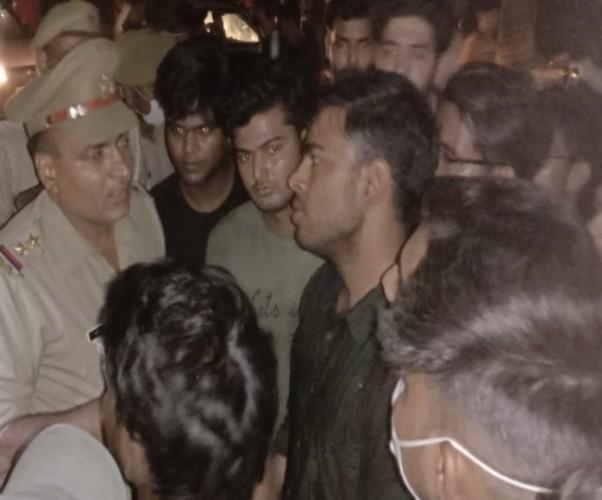 सहारनपुर में छेड़छाड़ के विरोध में मेडिकल कालेज के बाहर हाइवे पर छात्रों ने लगाया जाम