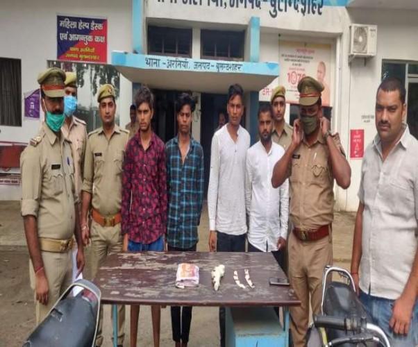 बुलंदशहर में पुलिस ने 20 हजार के इनामी समेत चार को दबोचा