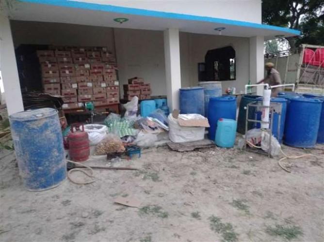 आजमगढ़ के बरदह में शराब फैक्ट्री का भंडाफोड़,छह गिरफ्तार