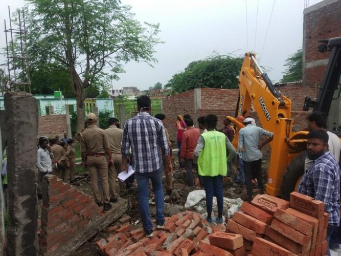 सरकारी तालाब में हो रहे अवैध निर्माण को जेसीबी से तोड़कर नाली खुदवाई