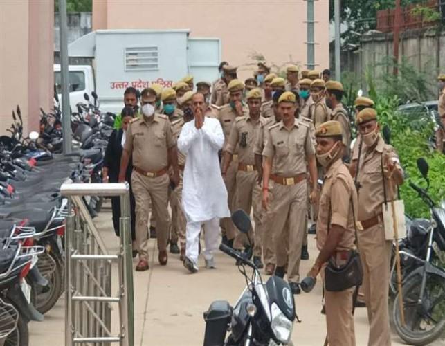 भारी सुरक्षा व्यवस्था के बीच विधायक विजय मिश्र सीजेएम कोर्ट में पेशी