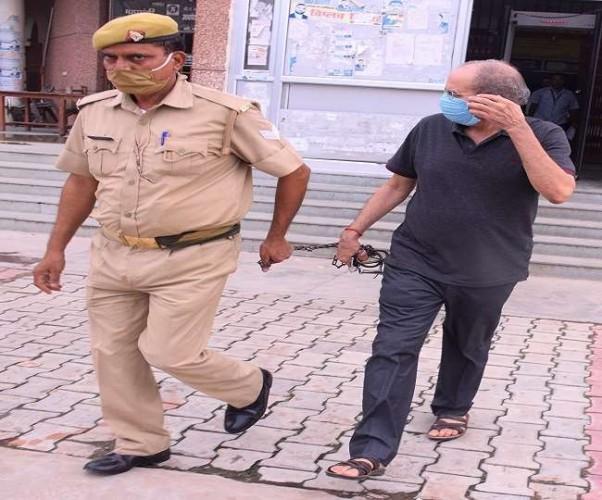 आरोपित रिटायर्ड इंस्पेक्टर को बिना हथकड़ी कोर्ट लाई पुलिस