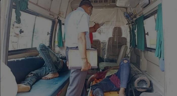 टैम्पो और बाइक की टक्कर में दो युवको की हालत गंभीर जिलाअस्पताल रेफर