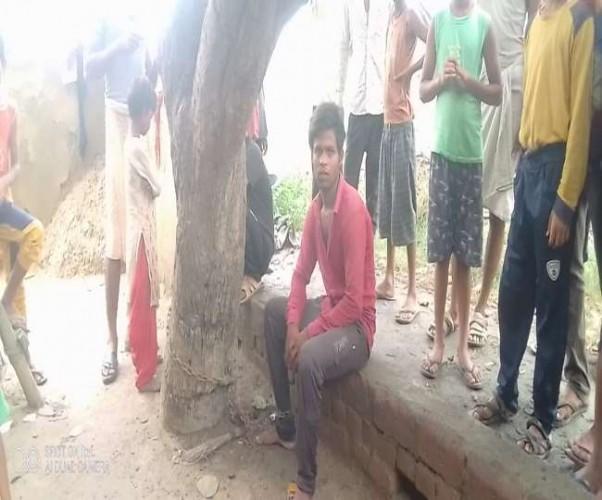 चोरी के आरोप में पेड़ से बांधकर पीटा, आठ घंटे तक रखा बंधक