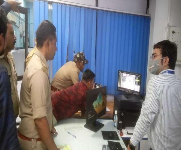 बैंक काउंटर से दिनदहाड़े फिल्मी स्टाइल में 4.40 लाख की चोरी