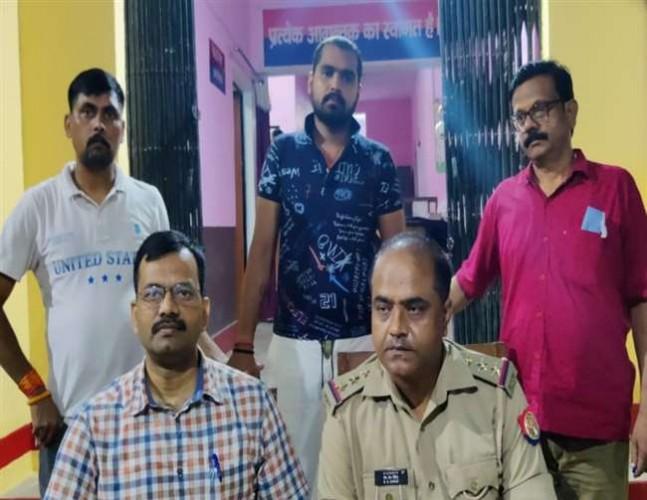 विधायक विजय मिश्र के करीबी गिरफ्तार, दो अवैध पिस्टल जब्त