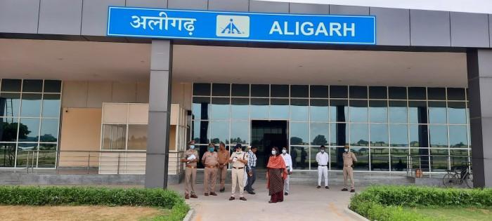 जिलाधिकारी व एसएसपी ने धनीपुर एयरपोर्ट का किया निरीक्षण