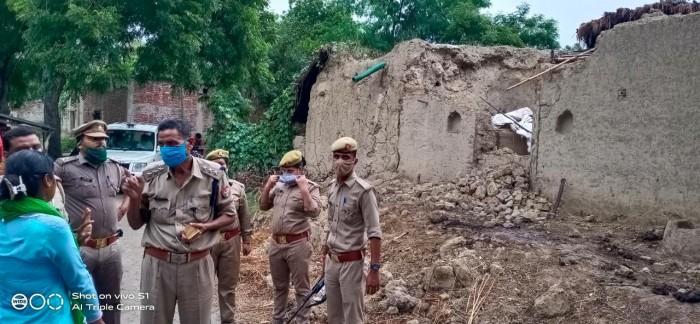 राजस्व व पुलिस क़ी मौजूदगी में जबरन गिराया गया मकान।