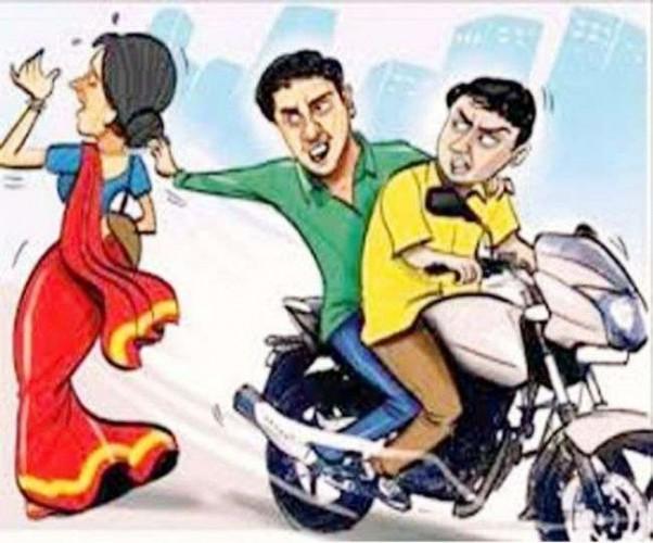 अज्ञात युवकों ने मोटर साइकिल से जा रहे पति व पत्नी का पर्स लेकर हुए फरार