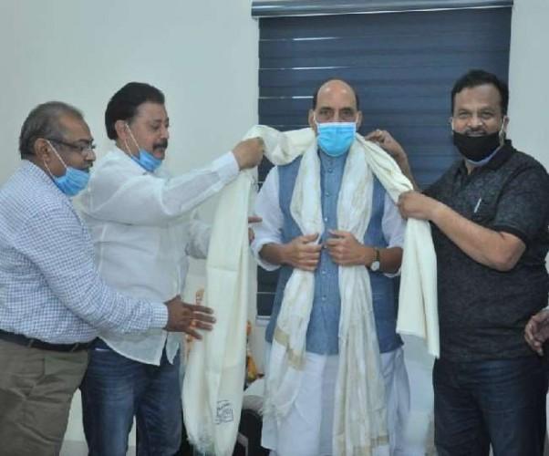 रक्षा मंत्री राजनाथ सिंह से मिला लखनऊ चिकनकारी एसोसिएशन