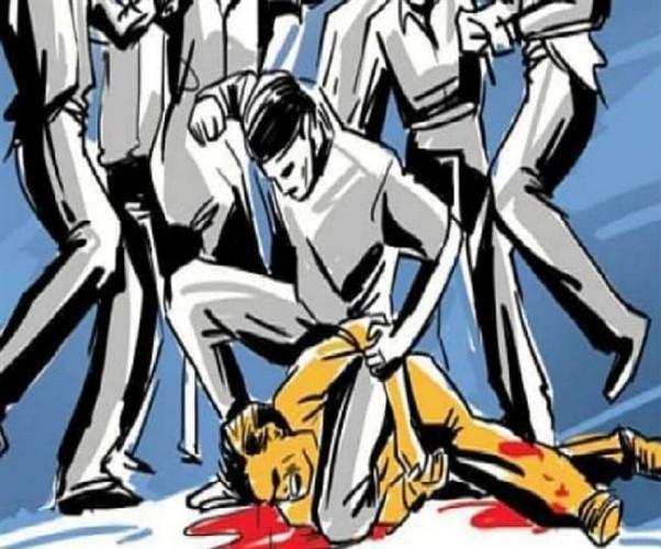 प्लॉट पर कब्जे को लेकर दो पक्षों में खूनी संघर्ष, महिला सहित चार घायल