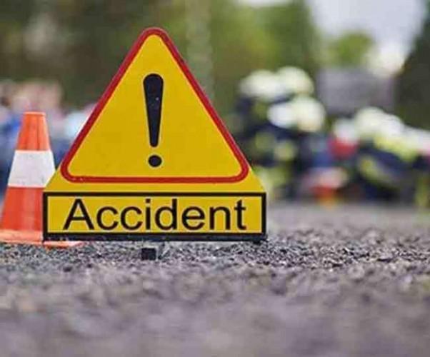 कार का टायर फटा, दो लोगों की मौत, चार घायल