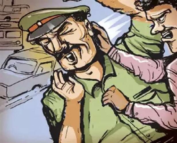 बागपत के टीकरी में पुलिस को पीटा, दारोगा की पिस्टल छीनने का प्रयास