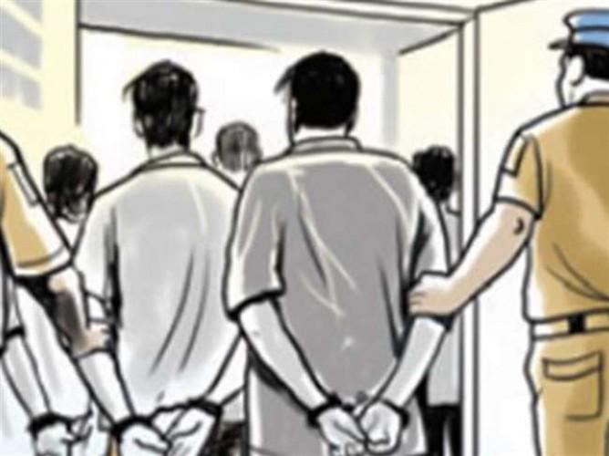 पुलिस ने मुठभेड़ के बाद दो महिलाओं सहित पांच दबोचे