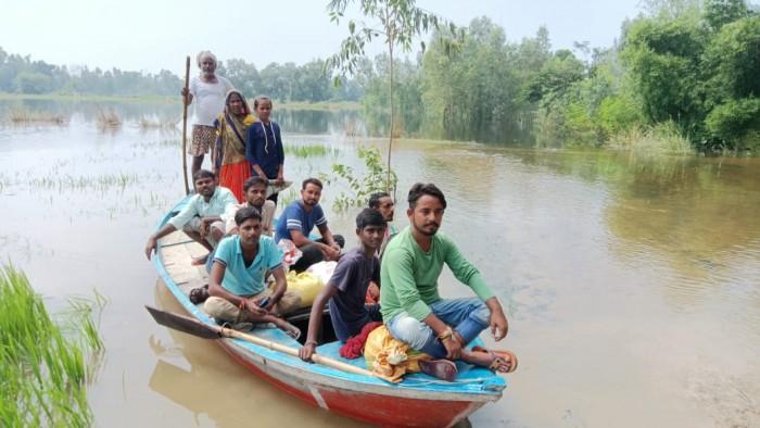 बाढ़ से टापू बना सुखलिया गांव, नाव बना आने जाने का सहारा