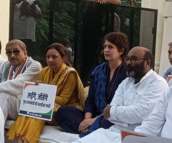 लखनऊ में प्रियंका गांधी वाड्रा का मौन व्रत
