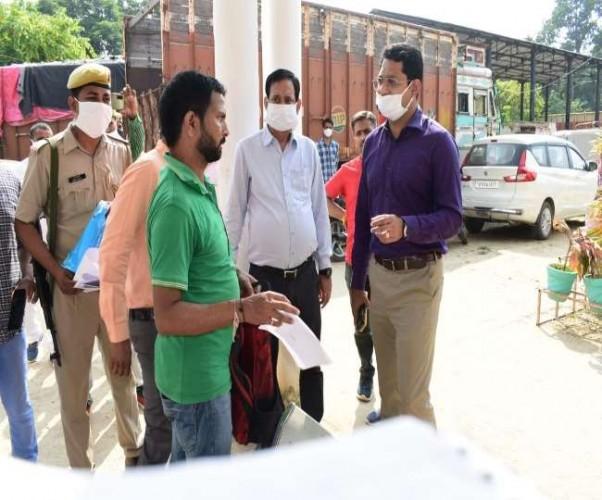 अंबेडकरनगर एआरटीओ कार्यालय में डीएम ने मारा छापा, पांच लाख रुपये बरामद