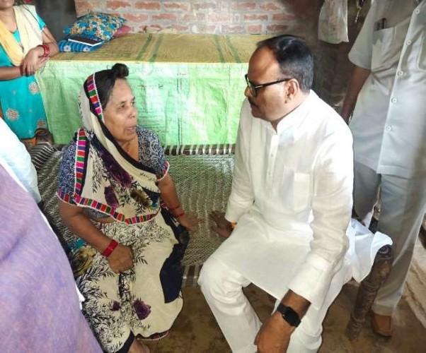 हिंसा में मारे गए ड्राइवर हरिओम मिश्रा की मां को मंत्री ब्रजेश पाठक बंधाया ढाढस